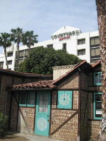Courtyard by Marriott Riverside Downtown/ UCR Area : View of hotel from Weber House