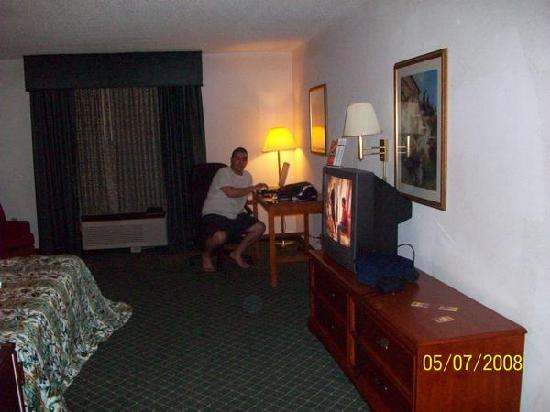 La Quinta Inn North Myrtle Beach: Dresser/Tv/Desk and chair for computer (Don't mind my hubby)