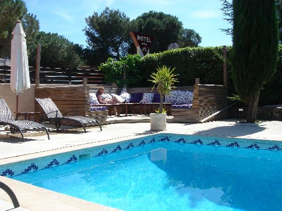 La Bergerie Du Cap : The chill out comfy seating area by the pool