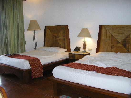 Grande Island Resort: 2 queen sized beds in our chalet