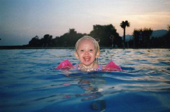 Camping Castell Montgrí: My daughter in the panarama pool at dusk... beautiful!!