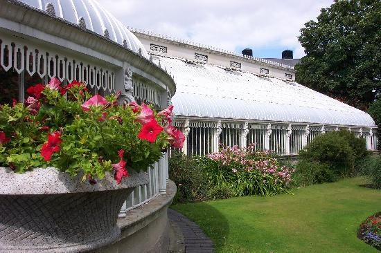 Avenue Guest House: The Botanical Gardens, behind Queens College