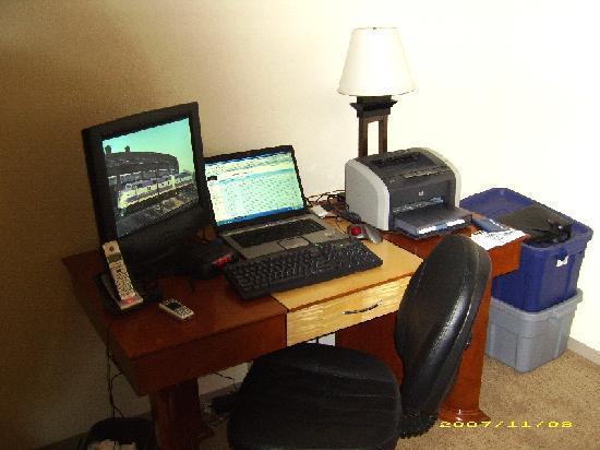 LivINN Hotel St Paul East / Maplewood: A large desk with free Internet allowed me to work from the room if needed.