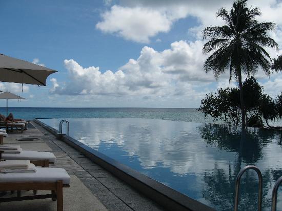 Four Seasons Resort Maldives at Landaa Giraavaru: the 50m infinity pool