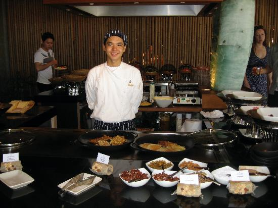 Four Seasons Resort Maldives at Landaa Giraavaru: breakfast - pancakes and fruit section