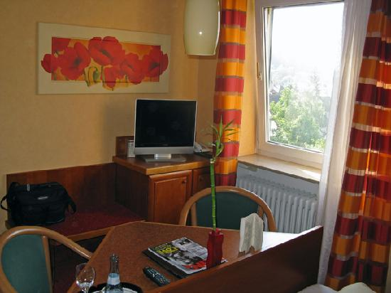 Hotel Azenberg: Another view of the room