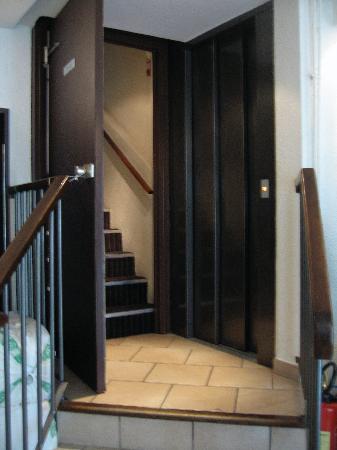 Le 55 Montparnasse Hotel: stairs & elevator