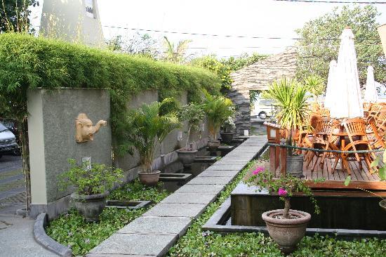 Alam KulKul Boutique Resort: Entrance & restaurant on the side