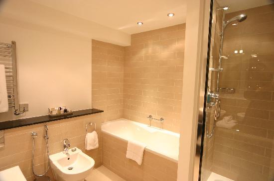 Beaufort House: enormous bathroom