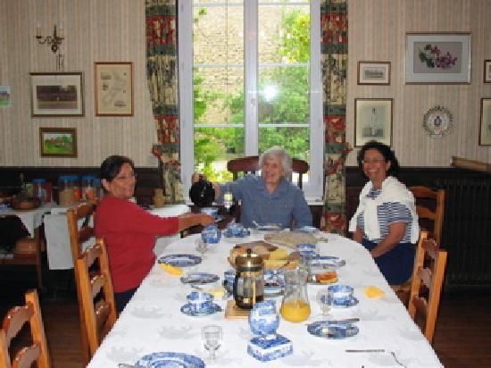Manoir des Doyens : rosemary serving us tea