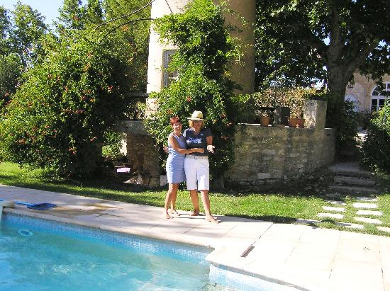 Chateau d'Alpheran: mothers by the pool