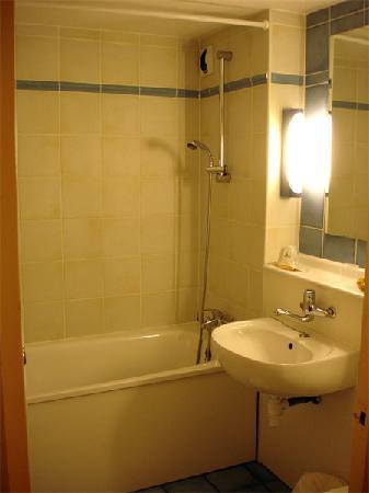 Campanile Geneve - Aeroport/Palexpo: Bathroom