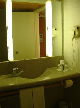 Novotel London West: Clean bathroom but gray and modern and dull, like an airport restroom.