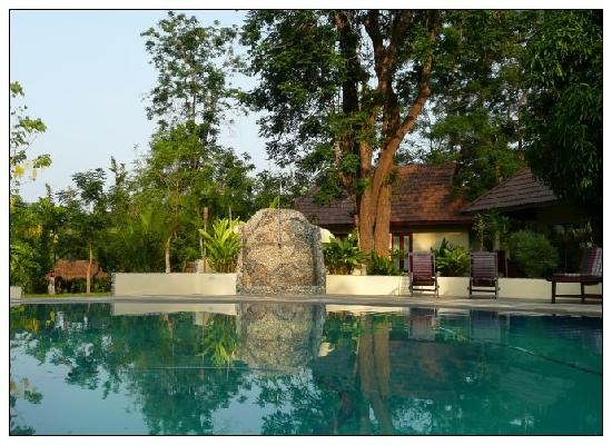 Oriental Kwai Resort: Pool in the am