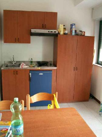 Villaggio Alkantara: Die Küche ist nicht luxuriös aber nutzbar