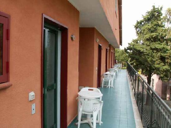 Villaggio Alkantara: Balkon und Eingang