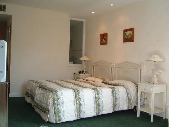 Hotel Le Dracy: Double bedroom pic 2