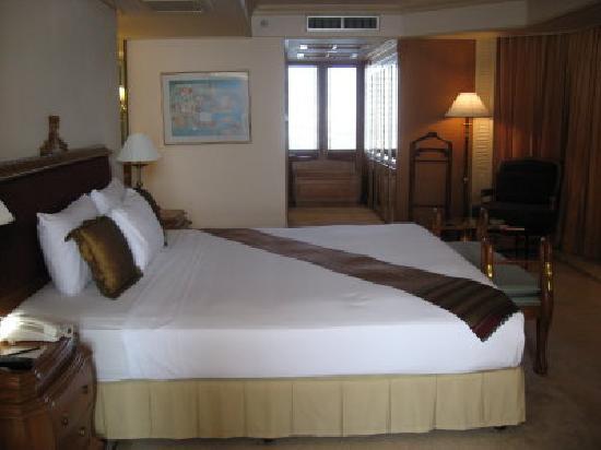 Montien Riverside Hotel: Bed in suite very comfortable