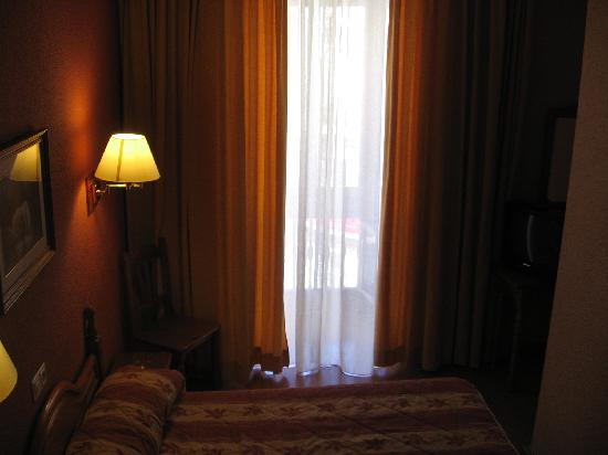Hostal Larios: room behind reception