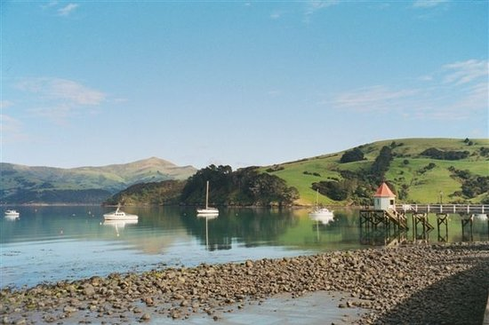 ‪‪Akaroa‬, نيوزيلندا: Akaroa Harbour with jetty‬