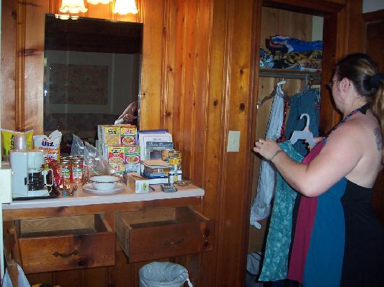 Captain's Cove Motel : Very nice rooms, this is real wood not just paneling