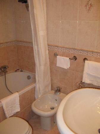 Hotel Patria : The bathroom