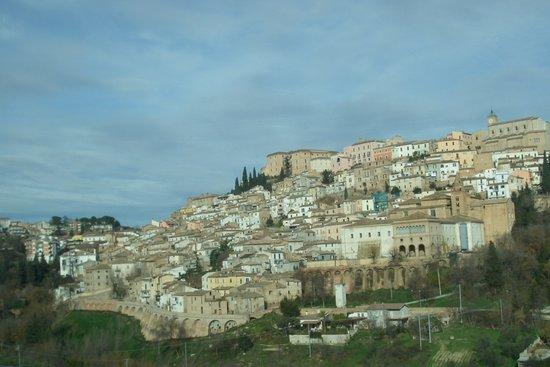 Vista de Loreto Aprutino desde la carretera.
