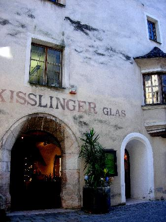 Rattenberg, Österreich: One of the many glass shops