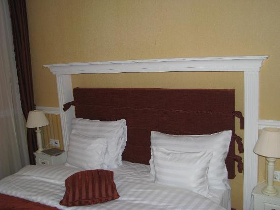 Queen's Court Hotel & Residence : bedroom