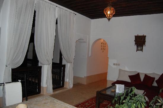 Riad Les 5 Soeurs: Una sala de balcón donde hay dos habitaciones