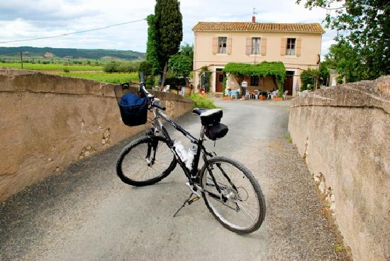 Ginestas, France: Convenient  Pit stops Canalside