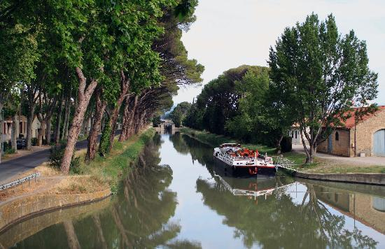 Les Volets Bleus : The Canal, which joins the Midi, opposite Les Volets