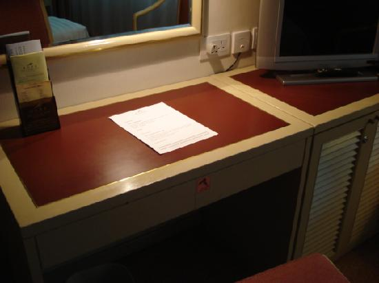 ساوث باسيفيك هوتل: desk