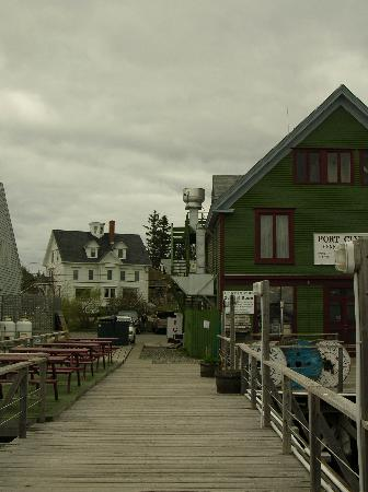 Seaside Inn Bed & Breakfast: The general store and Seaside Inn from the town dock.