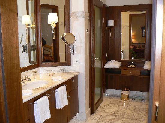 Hotel Schloss Monchstein : bathroom