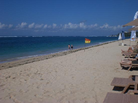 Novotel Bali Nusa Dua Hotel & Residences: Plage devant le beach club Novotel Nusa Dua