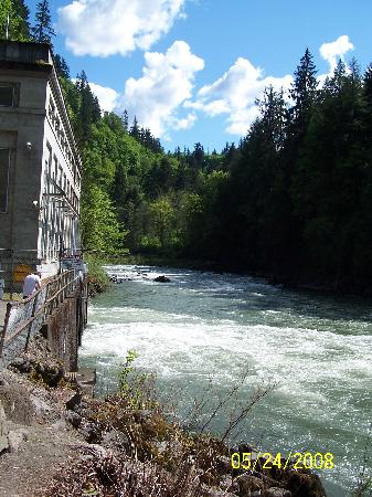 Snoqualmie Falls: River and power station