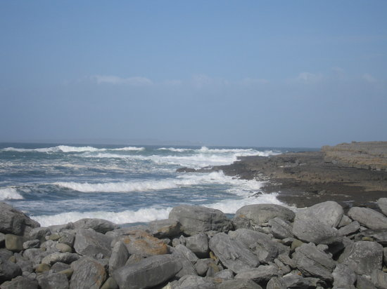 Doolin, Irlanda: Rock crevices carved by the strong waves.