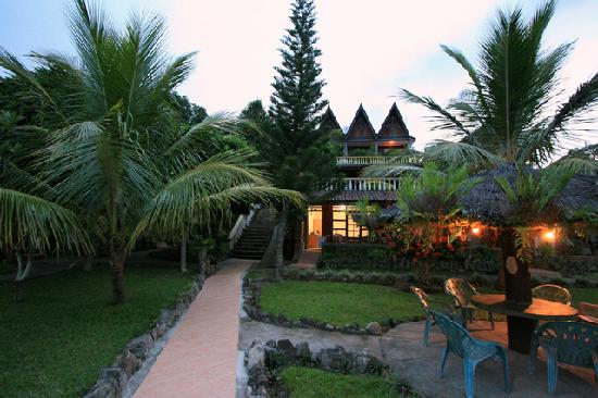 Samosir Cottages resort: iin the evening