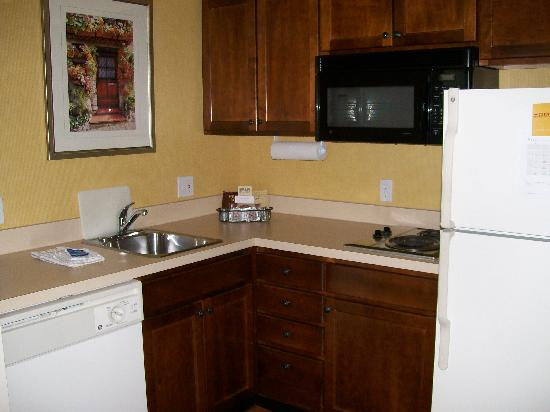 Residence Inn Holland: Kitchen (1 Bedroom Suite)