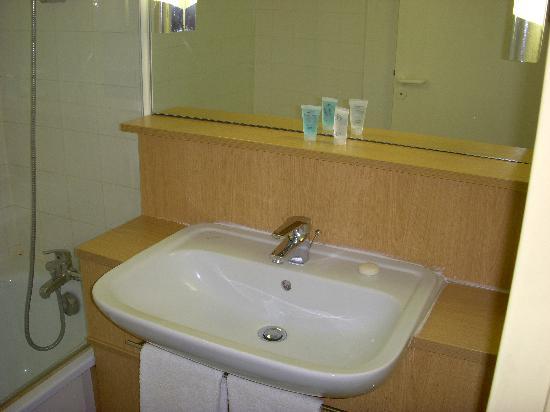 Citadines Austerlitz Paris : Bathroom View 2