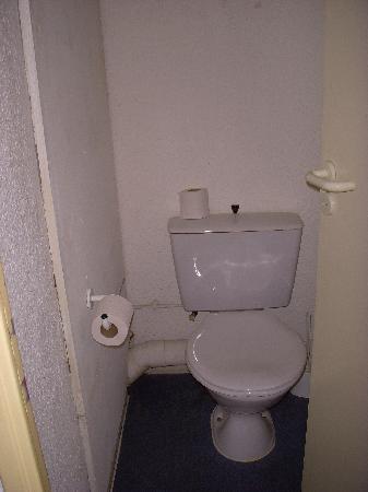 Citadines Austerlitz Paris : Toilet is in a separate room