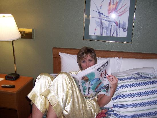 Days Inn Charleston Airport Coliseum: She didn't know this bed had bugs in it!