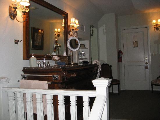 Cedar Gables Inn: vanity area