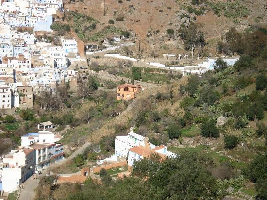 Dar Rass El Maa - Maison d'Hotes: C'est la maison rouge isolée
