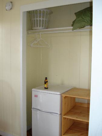 Nalu Kai Lodge: Mini fridge and closet