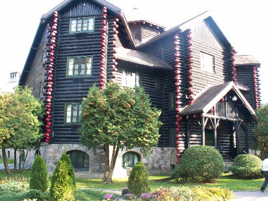 Fairmont Le Chateau Montebello: Side view of hotel exterior