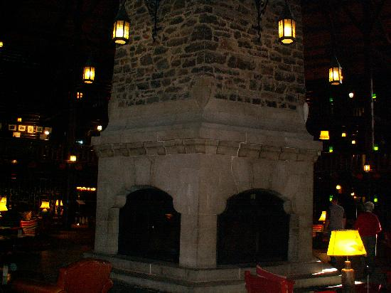 Fairmont Le Chateau Montebello: Massive stone fireplace in center of lobby