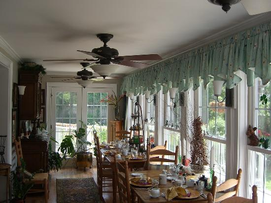 Phineas Swann Bed and Breakfast Inn: Dining area, filled with wonderful trinkets