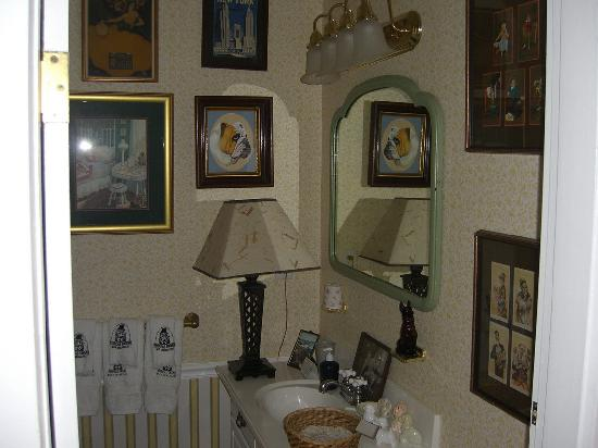 Phineas Swann Bed and Breakfast Inn: Could you ask for a cozier bathroom??